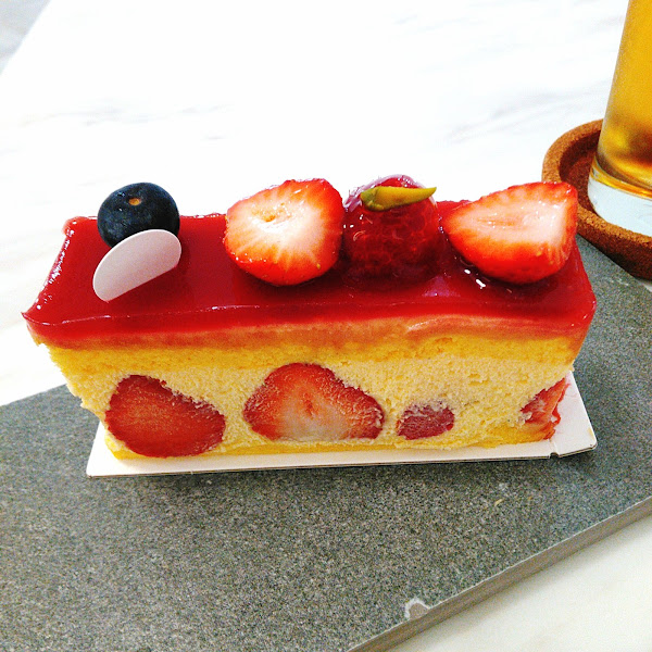 草莓芙蓮蛋糕$180,內餡上下兩層是滿滿的草莓,大顆飽滿鮮甜多汁,卡士達醬以及鮮奶油很濃郁,上面是草莓果醬,層次分明,海綿蛋糕很蓬鬆,烏龍茶$130;口感溫潤,適合搭配甜點。