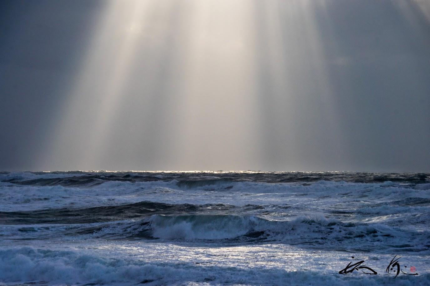 冬の海を照らす天空の光