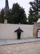 Photo: A jeden Ukřižovaný! (Ne, to jen ukazuji, kde býval oltářní prostor původního kostela.