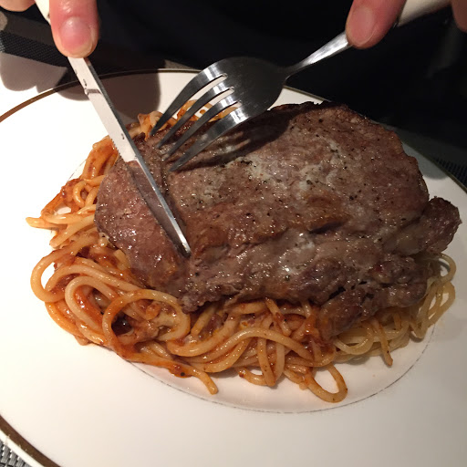 這家老饕美食是隱藏在大台北地區的小店獨家引進1855 Angus prime beef 第一口咬下去是無語倫比的美味 口齒留香 今天很想吃道地的肉醬麵 闆娘就幫我配了某個部位的牛肉。 這樣客製化的點餐