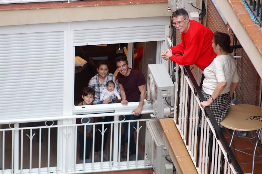 Aplauso de los almerienses desde sus balcones.
