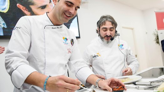 El alcalde de Almería, Ramón Fernández-Pacheco, junto al chef Tony García, cocinando en la sede de Almería 2019.