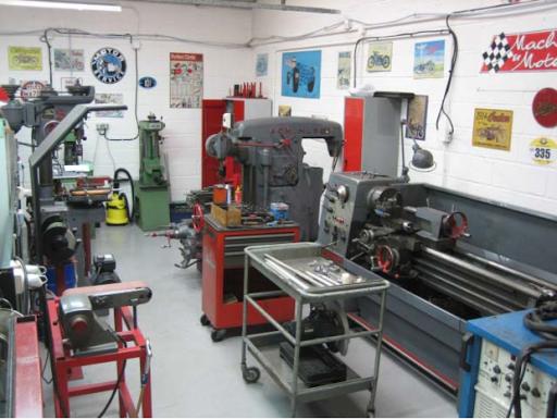 Le spécialiste de la préparation de motos anglaises classiques et son atelier de machines outils