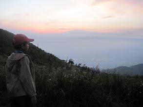 Photo: Zidan menatap daratan yang ada dibawah kaki gunung Penanggungan.