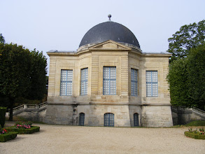 Photo: Across from the school is an entrance to the Parc de Sceaux, this morning's main attraction. This building, the Pavillon de L'Aurore, is the only surviving structure from the era of Jean-Baptiste Colbert (King Louis XIV's Finance Minister), who acquired the property in 1670, and had the surrounding park designed by André Le Nôtre (the King's principal landscape architect).