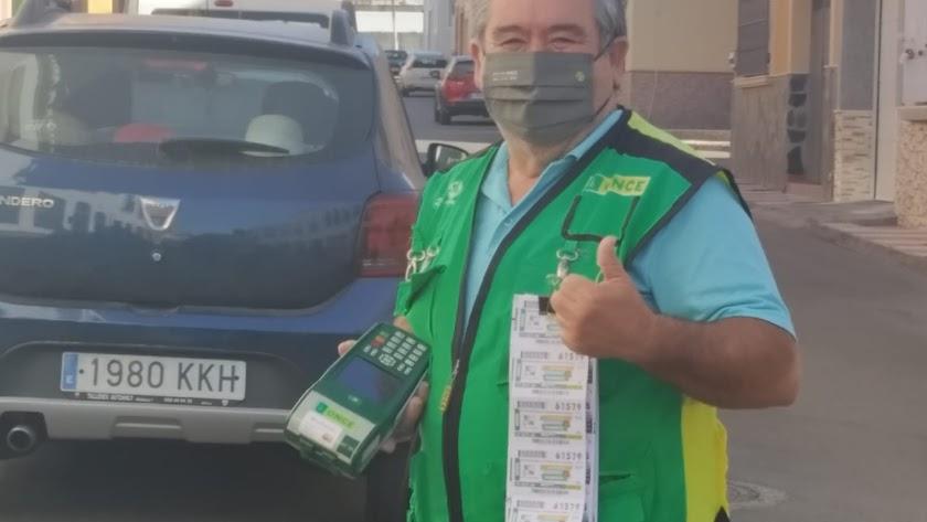 Miguel Rodríguez es el vendedor de la ONCE que ha repartido el premio.