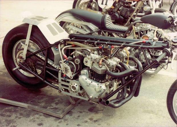 Double moteur Triumph compressé.