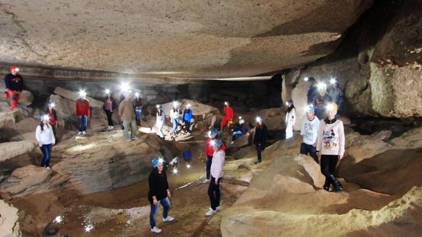 Jóvenes en una de las rutas de las Cuevas de Sorbas.