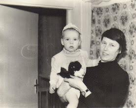 Photo: Gusčiūtė Laimutė su anūkėle. Nuotrauka iš Gusčiūtės Laimutės archyvo