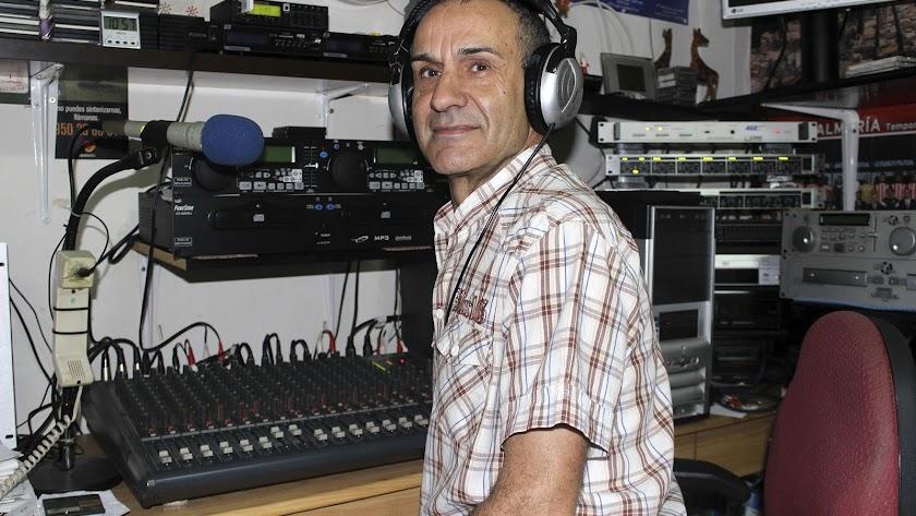 Francisco Montoya es la voz de las mañanas del barrio de Pescadería, de la Plaza de Pavía y de San Antón.