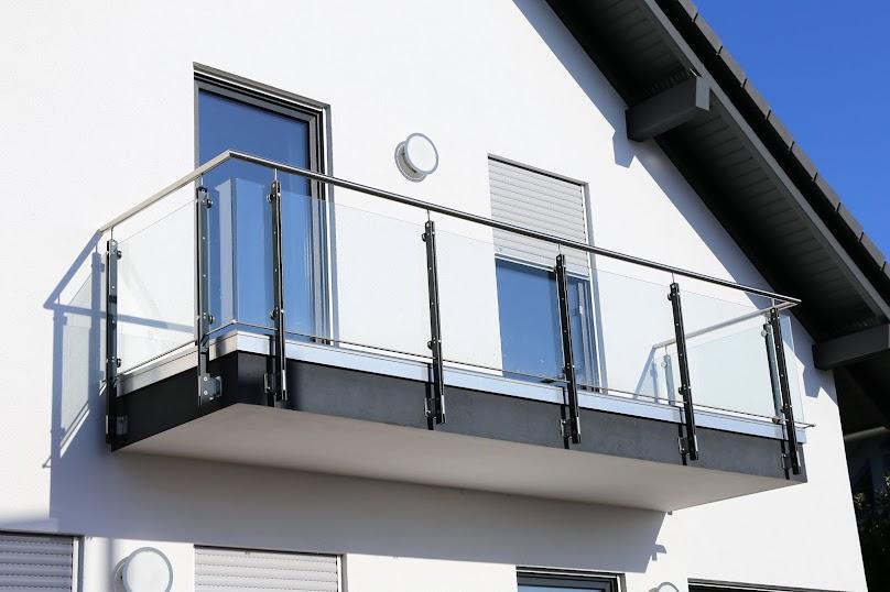 Balustrada balkonowa - podstawowe informacje, sposoby montażu, rodzaje i technologie wykonania