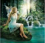 vrouw met doorzichtige vleugels drinkt, gezeten op rotsblok naast waterval in bos