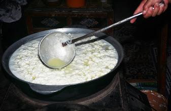 Photo: 03396 ブルド/ハスバター家/ウルム(乳製品)作り/杓子ですくいながら火にかけると泡立つ。火からおろして放置し、翌日に出来あがる。