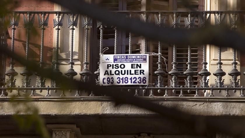 Cartel de Se alquila en una vivienda en la capital.