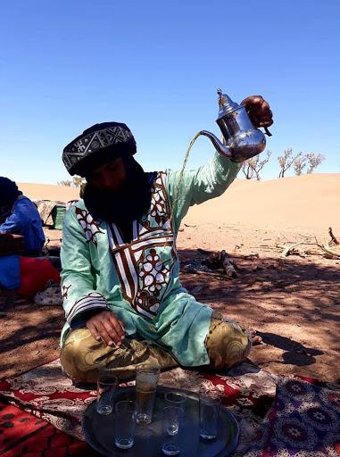 Le bon thé marocain; stage énergétique en connexion aux dromadaires dans le désert Chantal Vereyen