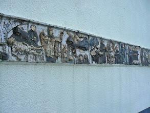 Photo: La frise sur le fronton de la brasserie