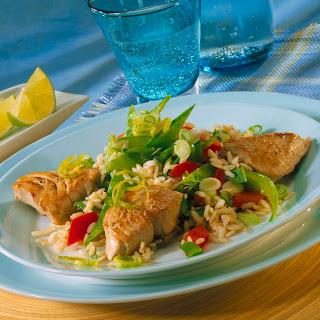 Thunfischsteaks mit Gemüse-Reis-Salat