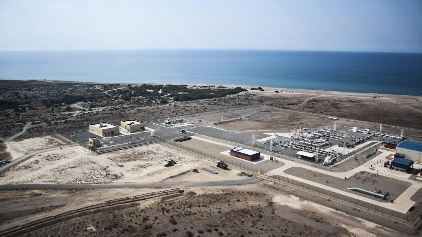 El gasoducto desemboca en la playa de El Alquián.