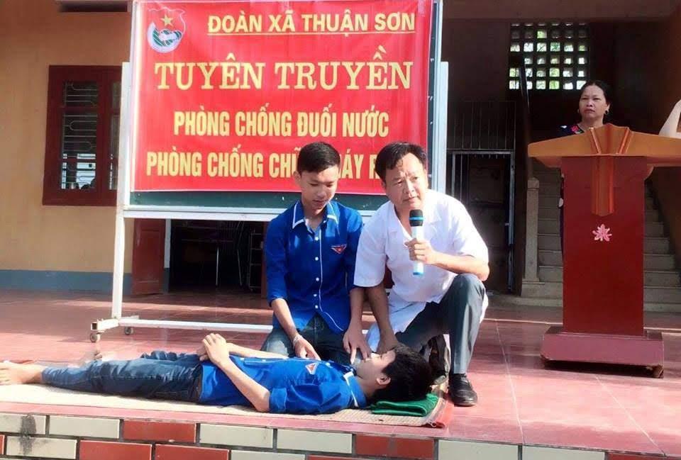 Đoàn xã Thuận Sơn, huyện Đô Lương phối hợp với Liên đội Trường THCS Thuận Trung hướng dẫn các kỹ năng ứng phó khi gặp sự cố xảy ra