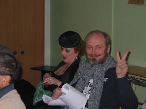 Photo: Petr Tomek ukazuje, že bude mít přednášku už za dvě hodiny.