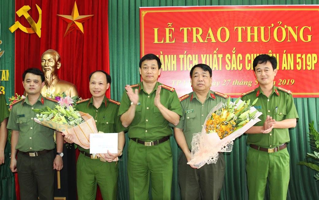 Đồng chí Đại tá Nguyễn Mạnh Hùng, Phó Giám đốc, Thủ trưởng Cơ quan CSĐT Công an tỉnh trao thưởng cho Ban chuyên án 519P