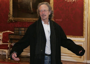 Photo: Austrian writer Peter Handke arrives before a reception on occasion of his 65th birthday in the Presidential office in Vienna December 10, 2007.  REUTERS/Leonhard Foeger  (AUSTRIA)