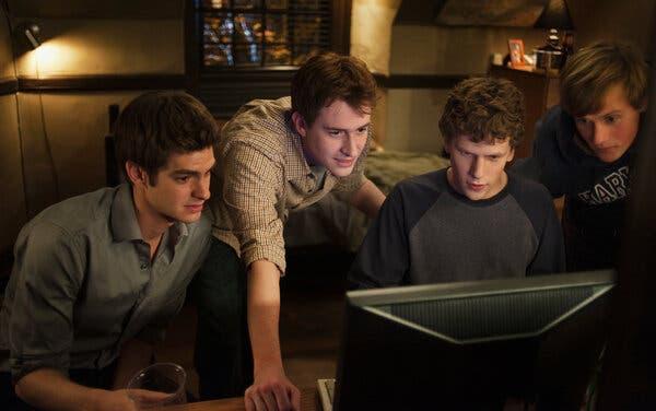 "Soldan Andrew Garfield, Joseph Mazzello, Jesse Eisenberg ve Patrick Mapel ""The Social Network"" te."