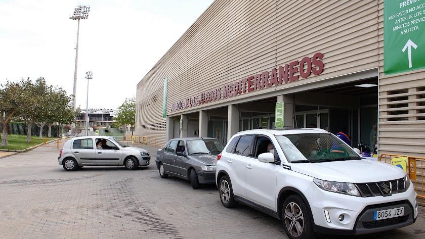 Fila de vehículos en el \'vacunauto\' del Estadio de los Juegos Mediterráneos.