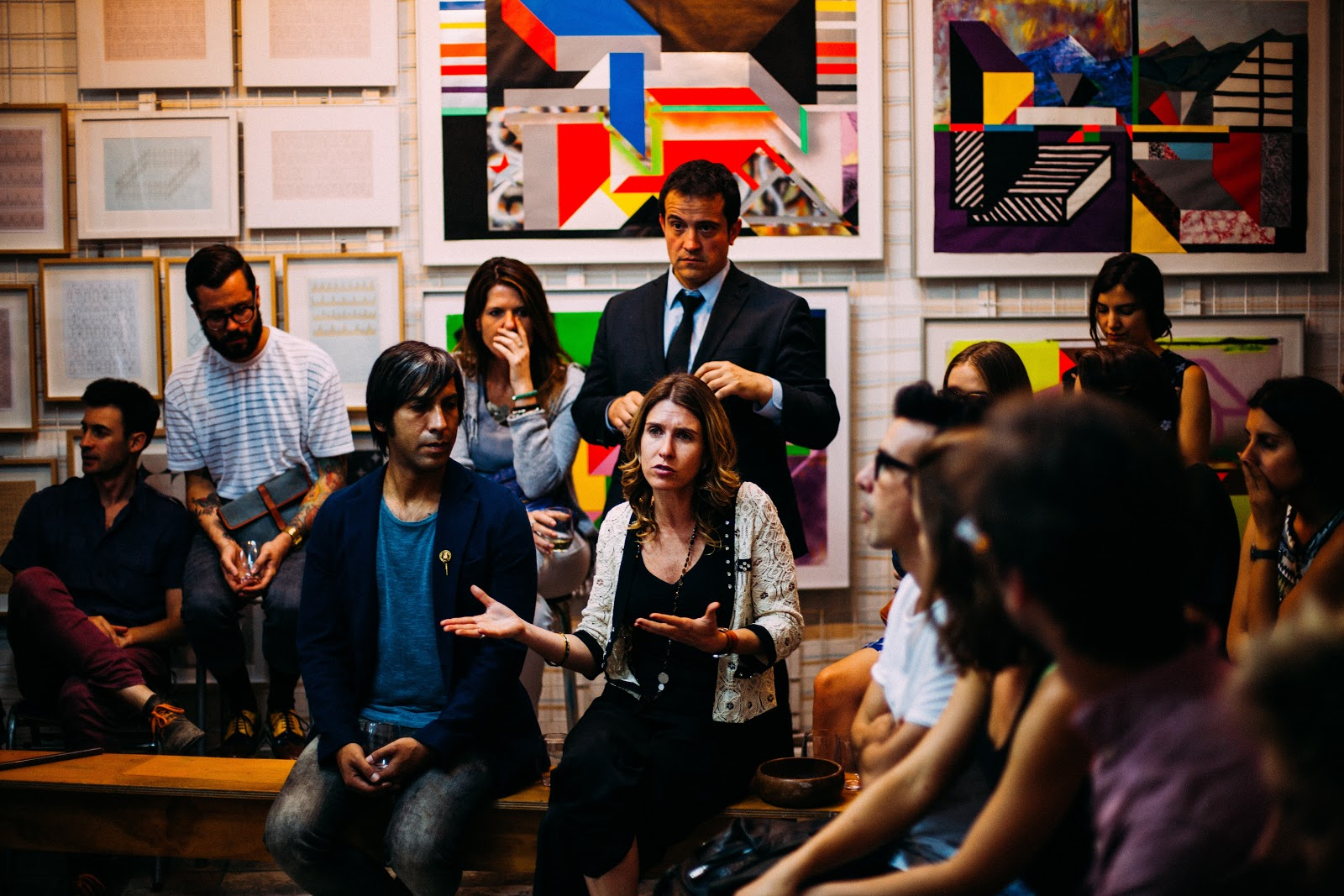 Várias pessoas conversando em uma sala.