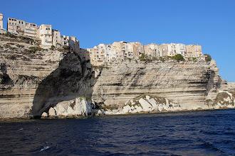 Photo: La falaise qui est une « veine » de calcaire, roche assez rare en Corse