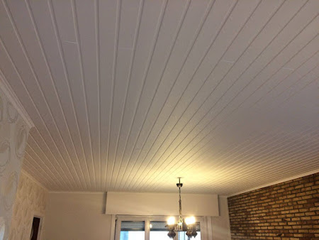 Schilderen plafond te Bertem - schilderwerken bertem: houten plafond wit geschilderd, bruine ramen wit geschilderd