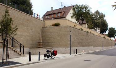 Photo: Ilsfelder Brandmauer mit Dreirohrbrunnen