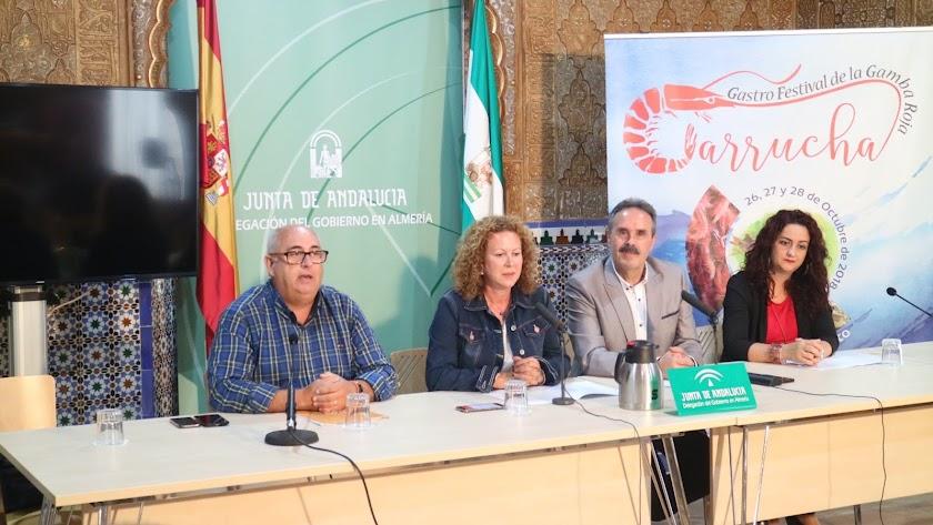 Presentación ayer del cartel del Festival de la Gamba, con Juan Leal, María López, Alfredo Valdivia y Rocío Galindo.