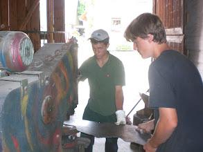 Photo: Schüler arbeiten im Atelier von Mo-Metallkunst