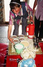 Photo: 03440 シリンホト近郊/ノルボ家/朝食作り/スーテーチャ/ビャスラグ/アロール/ホロート/ジョッヘと炒った粟と砂糖を混ぜたもの