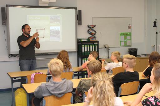 Der Firmenchef der Grüner Flor GmbH Volker Schmidt-Roy stellte den Beruf des Landschaftsgärtners vor. Foto: ASC