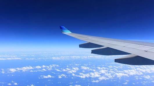 Plano de un avión sobrevolando el cielo.