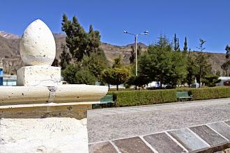 Photo: Plaza del pueblo y muro de la iglesia Lari, Caylloma - Arequipa