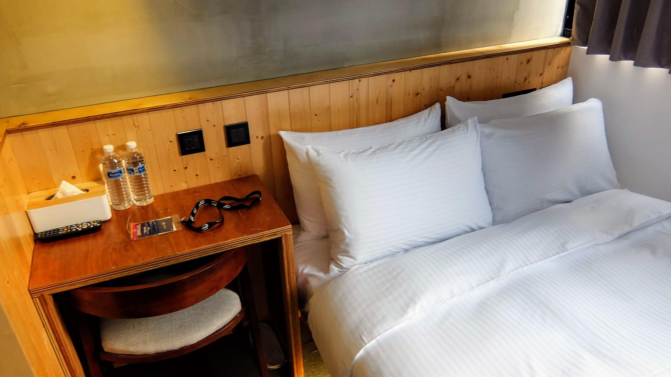 都有小書桌可以用,牆壁上有電源,直接USB充電,另外也有給二瓶瓶裝水\水壺\茶杯\冰箱\保險箱等設施