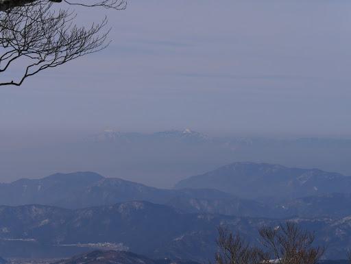 奥に武奈ヶ嶽(右)と蓬莱山(左)