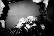 2 mannen klinken samen met een glaasje