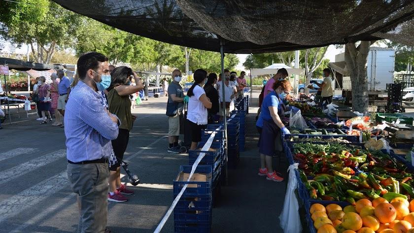 El concejal de Comercio, Carlos Sanchez visitó los mercadillos al reanudarse la actividad en junio.