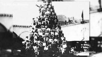 Patio de la barrilería de Terriza, con la Alcazaba al fondo. Los obreros hicieron una pirámide de barriles para recibir al Rey.
