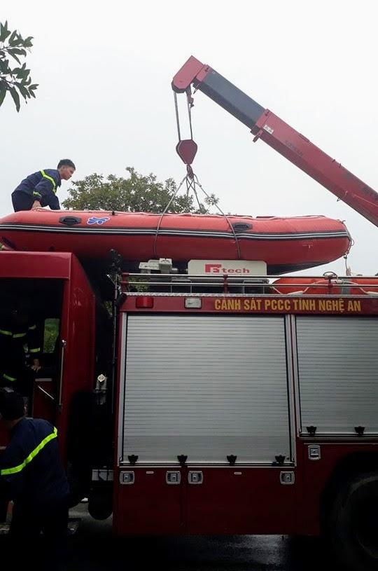 Triển khai xuồng cứu hộ chuyên dụng để tìm kiém