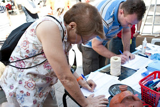 Photo: Recogiendo firmas en Embajadores