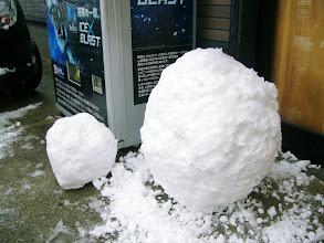 """Photo: まずは""""お約束""""の雪だるま。 作っちゃおー!"""