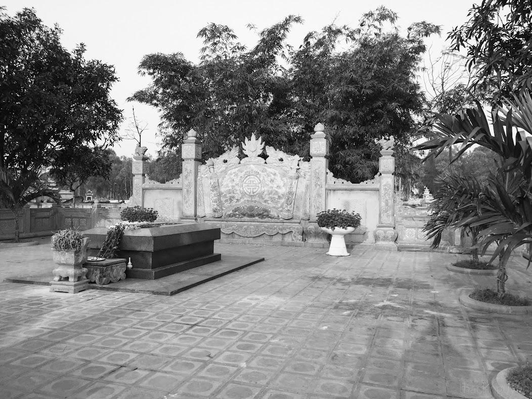 phần mộ Nguyễn Du