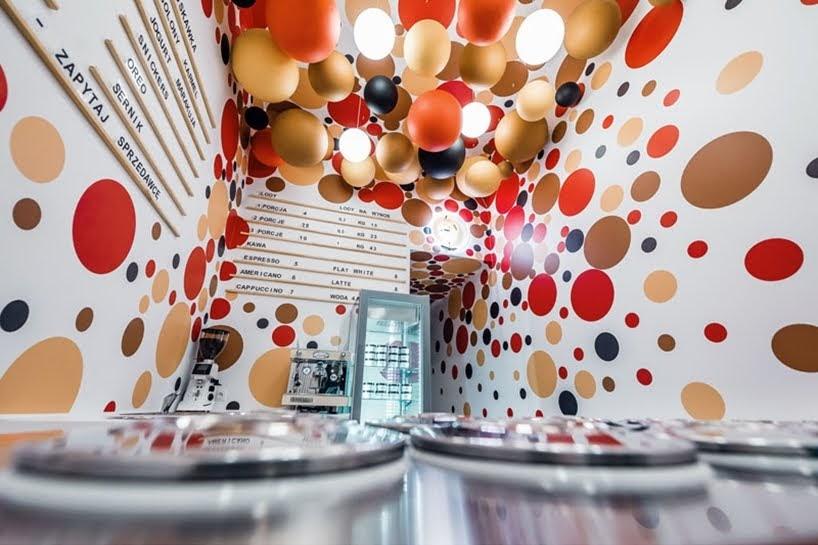 Esta tienda de helados utilizó una combinación de puntos y bolas de colores para su decoración