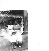 Photo: De Wolbaal was de naam van de zaak. Deze foto is genomen in de Haltestraat. Leuk dat je in de etalage kunt zien hoe goedkoop alles toen was geprijst.    Mijn moeder, tante Clazien en Maartje (1938)