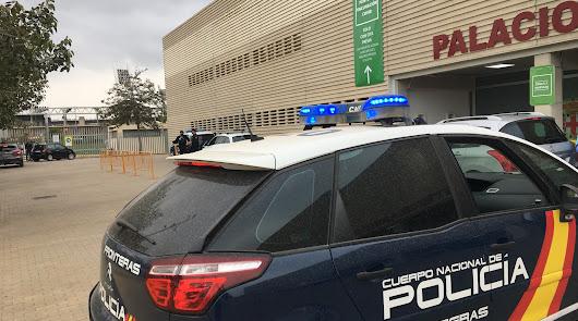 La vacunación a policías ha comenzado esta mañana en el Palacio de los Juegos Mediterráneos.